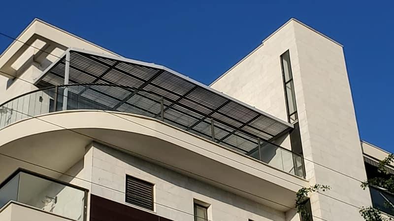 התקנה של פרגולה במרפסת בניין