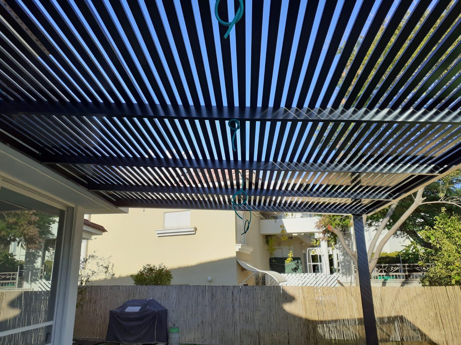 פרגולה חשמלית בחצר
