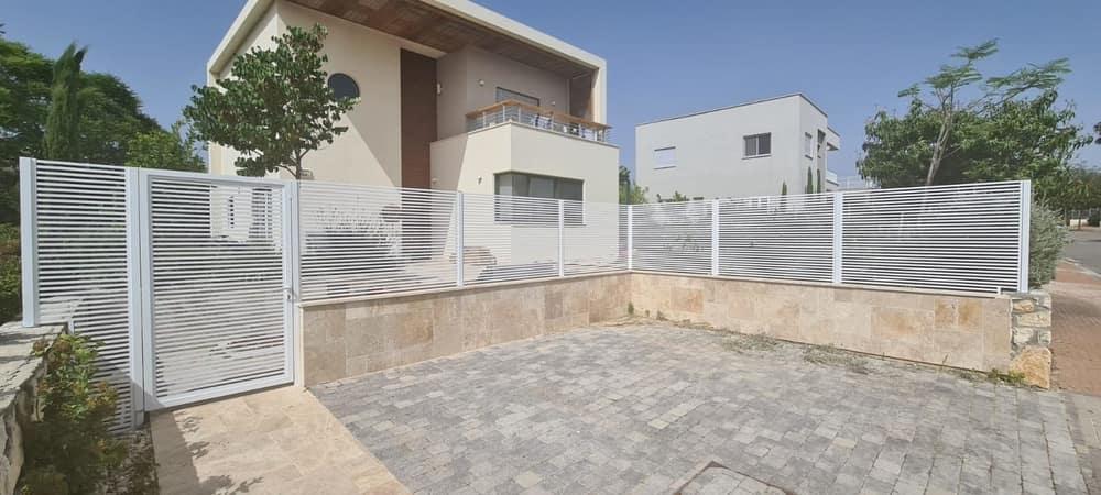 גדר אלומיניום כולל שער לבית
