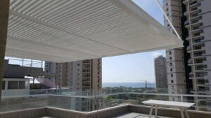 הצללת מרפסת עם נוף לים