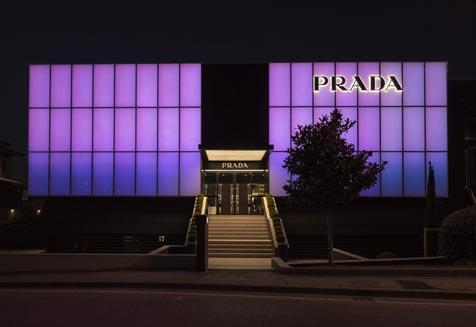 חנות PRADA בעיצוב עם מחיצות