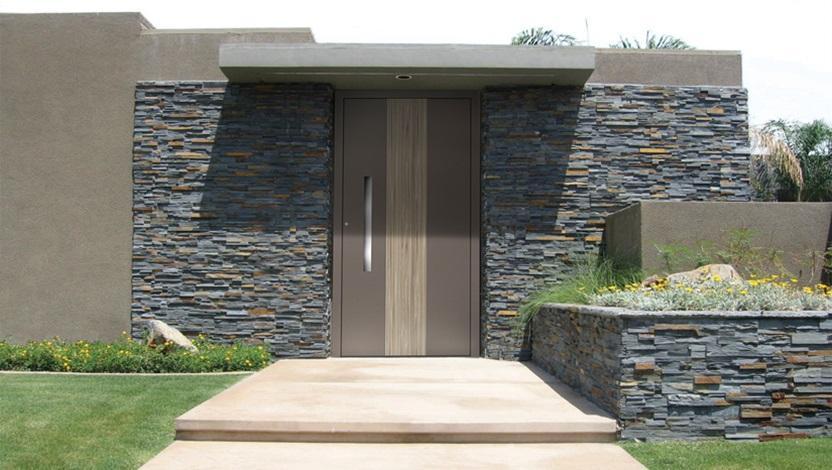 דלת כניסה עם קירוי בבית פרטי