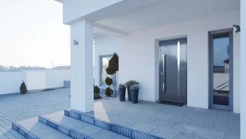 דלת כניסה ביטחון מול רחבת הכניסה לבית
