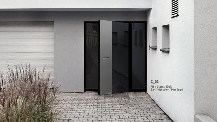 דלת כניסה שחורה בכניסה מעוצבת