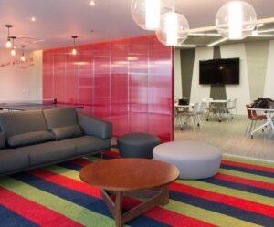 עיצוב משרד עם קירות פרספקס