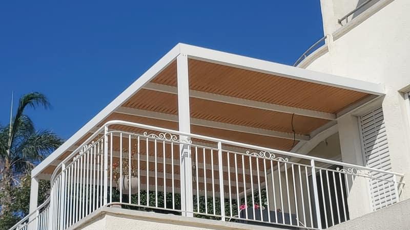 פרגולה דמוי עץ מעוצבת במרפסת