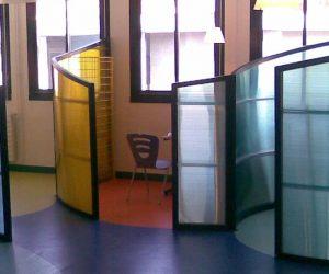 מחיצות פרספקס צבעונית במשרד