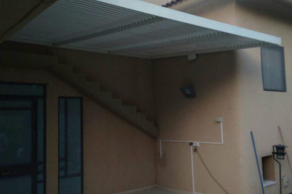 פרגולה אלומיניום איכותית בכניסה לבית
