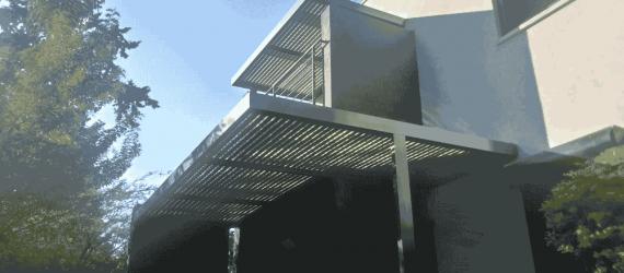 פרגולת-אלומיניום-במרפסת-בניין