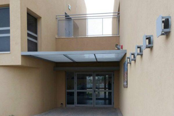פרגולת אלומיניום בכניסה לבית ספר