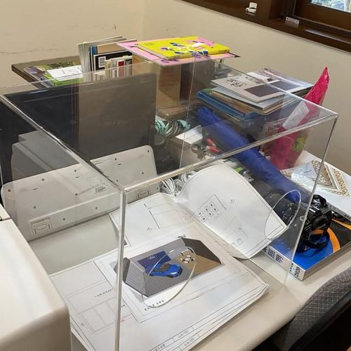 מחיצות לשולחן משרד קבלה להפרדה בין חללים